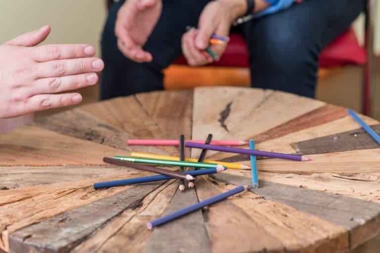 Buntstifte auf dem Tisch