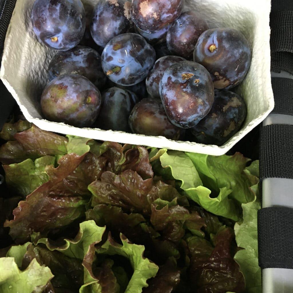 Salat und Pflaumen